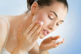 девушка очищает лицо